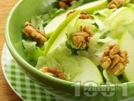 Зелена салата от айсберг, рукола, ябълки, орехи и меден дресинг